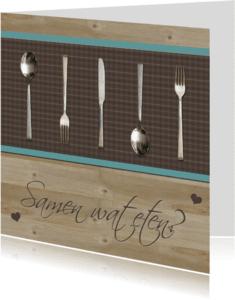 Uitnodigingen - Bestek op houten tafel