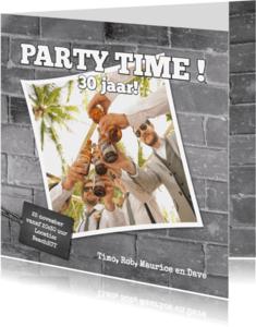Uitnodigingen - Stoere foto uitnodiging grijze muur